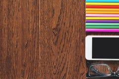 Bureau en bois avec des dispositifs et des approvisionnements Image libre de droits