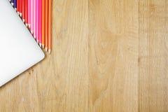 Bureau en bois avec des dispositifs et des approvisionnements Photo stock