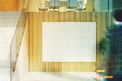 Bureau en bois avec des escaliers et une affiche, homme Images libres de droits
