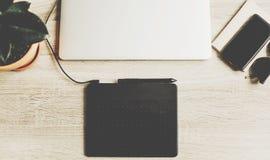 Bureau en bois avec l'ordinateur portable, comprimé graphique, carnet, verres Freel Photo stock