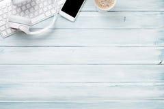 Bureau en bois avec les écouteurs, le PC, le téléphone et le café Image libre de droits