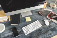 Bureau en bois avec les dispositifs et le dessus d'approvisionnements Image libre de droits