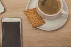 Bureau en bois avec un carnet, une vue supérieure, un café et un téléphone image stock