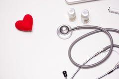 Bureau en bois blanc de docteur, concept médical avec l'espace de copie Images libres de droits