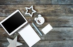 Bureau en bois conceptuel moderne ou table à la maison de bureau avec le comprimé, le carnet, les stylos, l'horloge en bois d'éto Images stock