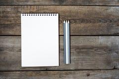 Bureau en bois conceptuel moderne ou table à la maison de bureau avec le comprimé, le carnet, la tasse de stylos, l'horloge en bo Image libre de droits