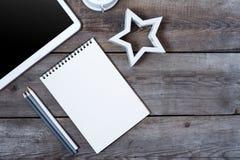 Bureau en bois conceptuel moderne ou table à la maison de bureau avec le comprimé, le carnet, la tasse de stylos, l'horloge en bo Photos libres de droits