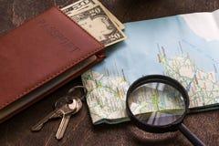Bureau en bois d'aTraveler se préparant à un voyage Image libre de droits
