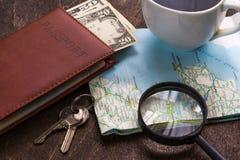 Bureau en bois d'aTraveler se préparant à un voyage Photographie stock libre de droits