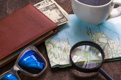 Bureau en bois d'aTraveler se préparant à un voyage Photo stock