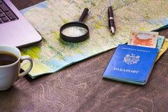 Bureau en bois d'aTraveler se préparant à un voyage Image stock