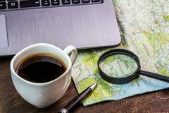 Bureau en bois d'aTraveler se préparant à un voyage Photos libres de droits