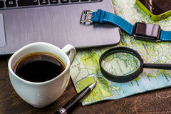 Bureau en bois d'aTraveler se préparant à un voyage Images libres de droits