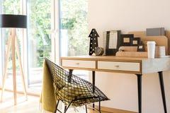 Bureau en bois dans l'espace de travail lumineux Images stock