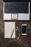 Bureau en bois de bureau avec le stylo, bloc-notes, tasse de café, smartphone et Images libres de droits