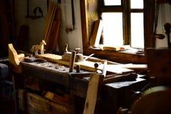 Bureau en bois de dessin de vintage dans l'atelier de charpentier à la fenêtre Photographie stock