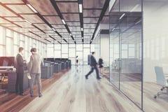 Bureau en bois de l'espace ouvert de plancher, avant, hommes Image libre de droits
