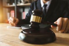Bureau en bois de thème de loi, livres, équilibre Concept de LOI photographie stock libre de droits