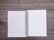 Bureau en bois foncé, carnet de notes à spirale ouvert Photographie stock