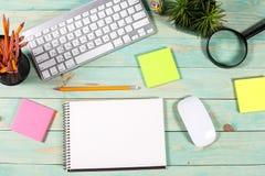 Bureau en bois vert moderne avec l'ordinateur portable Photographie stock libre de droits