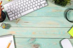 Bureau en bois vert moderne avec l'ordinateur portable Image libre de droits