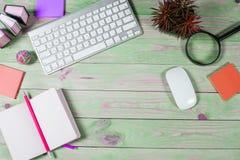 Bureau en bois vert moderne avec l'ordinateur portable Images libres de droits