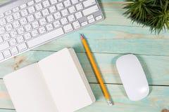 Bureau en bois vert moderne avec l'ordinateur portable Photo stock