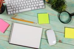 Bureau en bois vert moderne avec l'ordinateur portable Images stock