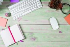 Bureau en bois vert moderne avec l'ordinateur portable Photos stock