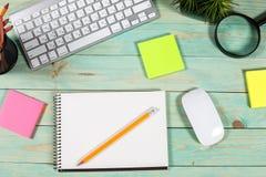 Bureau en bois vert moderne avec l'ordinateur portable Image stock