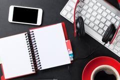 Bureau en cuir de bureau avec la tasse de bloc-notes, de smartphone et de café Photos libres de droits