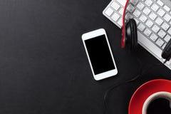 Bureau en cuir de bureau avec la tasse de PC, de smartphone et de café Photos libres de droits