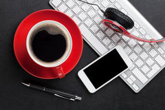 Bureau en cuir de bureau avec la tasse de PC et de café Image stock