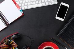 Bureau en cuir de bureau avec le PC et les approvisionnements Image stock