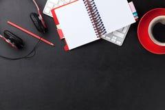 Bureau en cuir de bureau avec le PC et les approvisionnements Photographie stock libre de droits