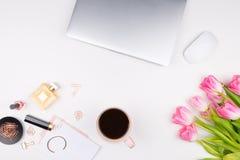 Bureau en manierconcept Decoratieve schoonheidsmiddelen, make-uphulpmiddelen, stock fotografie