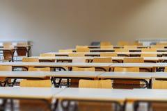 Bureau en stoelen in klaslokaal Stock Afbeeldingen
