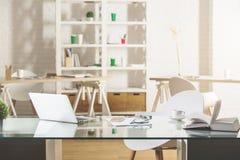 Bureau en verre avec l'ordinateur portable Image libre de droits