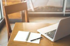 Bureau et chaise en bois avec le bloc-notes Stylos et ordinateurs portables Photos stock