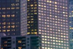 Bureau et immeubles la nuit Photos stock