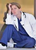 Bureau extérieur professionnel médical assez femelle Photographie stock