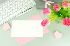 Bureau féminin, espace de travail avec un bouquet Photographie stock