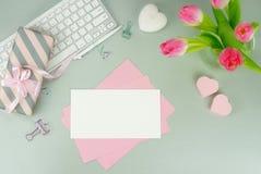 Bureau féminin, espace de travail avec un bouquet Photo stock