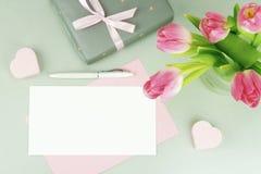 Bureau féminin, espace de travail avec un bouquet de belles tulipes roses Photos libres de droits