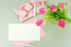Bureau féminin, espace de travail avec un bouquet de belles tulipes roses Photo stock