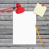 bureau Feuille, crayon et lampe blancs Photo stock