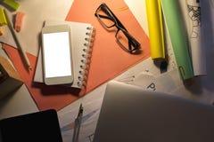Bureau foncé de bureau avec la technologie Photographie stock libre de droits
