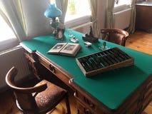 Bureau fonctionnant antique avec une lampe, livres, documents, comptes Images libres de droits