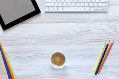 Bureau fonctionnant créatif avec la tasse de café dans Photographie stock