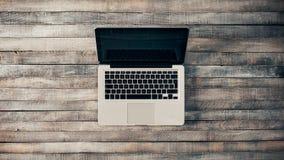 Bureau grunge de vintage avec l'ordinateur portable Images libres de droits